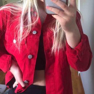 Röd jeansjacka // Säljer pga lite för stor för mig // Storlek XS men mer som en S// Original pris: 580kr // Möts upp i Stockholm eller fraktar (köparen står för frakt)