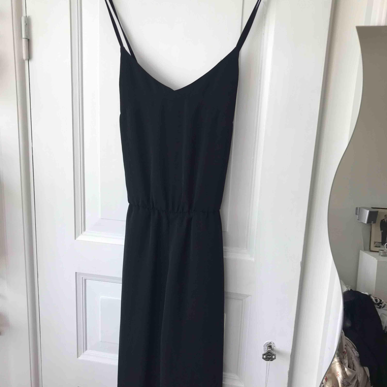 Fin svart jumpsuit med lite vidare men strl 36. 100% polyester. Korslagda band i ryggen stängd med dragkedja baktill. Superfin och enkel. Inkl frakt. Klänningar.