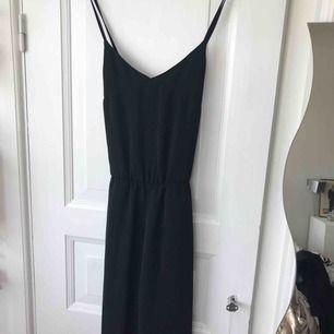 Fin svart jumpsuit med lite vidare men strl 36. 100% polyester. Korslagda band i ryggen stängd med dragkedja baktill. Superfin och enkel. Inkl frakt