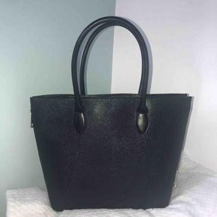 Helt oanvänd handväska från H&M, inga slitningar osv. Stor och praktisk, får plats med mycket. Köpt för ungefär 250 kr. Det går att sänka priset🤩