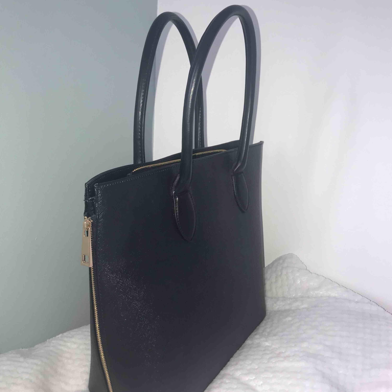 Helt oanvänd handväska från H&M, inga slitningar osv. Stor och praktisk, får plats med mycket. Köpt för ungefär 250 kr. Det går att sänka priset🤩. Väskor.
