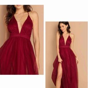 Helt ny klänning med prislapp på! Fick hem den alldeles för sent så säljer den oanvänd! Banden på ryggen är justerbara efter hur lång urigning man vill ha o så! Frakt tillkommer annars möts upp vid Lund/arlöv