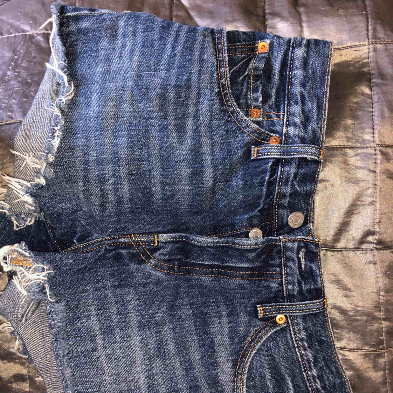 Nya fräscha Levis shorts som knappt är andvända. Högmidjade och sjukt snygga! Säljer pga att de är förstora tyvärr :(. Shorts.