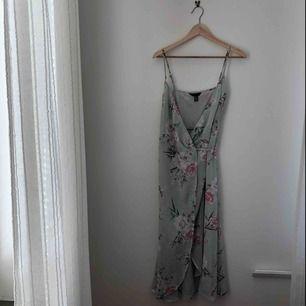jätte söt blommig wrapdress från new look. aldrig använd.  kan mötas längst roslagsbanan eller i stockholm, annars står köpare för frakt.