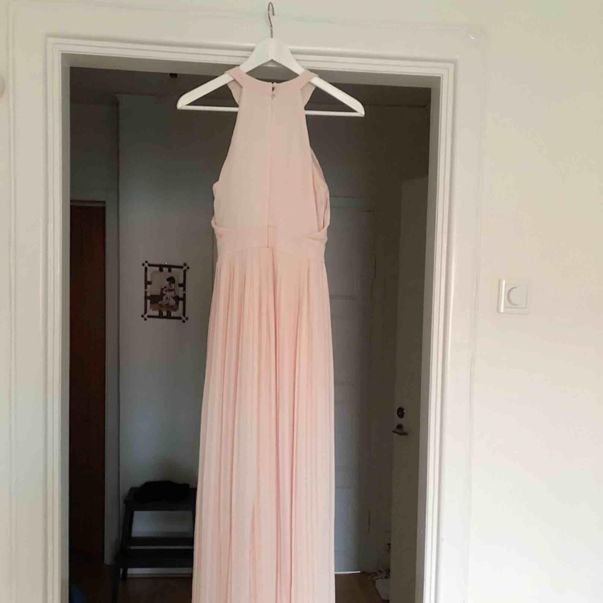 Långklänning från ASOS som är använd en gång. Jättebra skick. Strl 36. Nude-färgad.. Klänningar.
