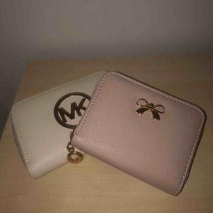 2 plånböcker! Den rosa kostar 20kr och Michael kors(Fake) plånboken kostar 100kr! Köparen står för frakten<3