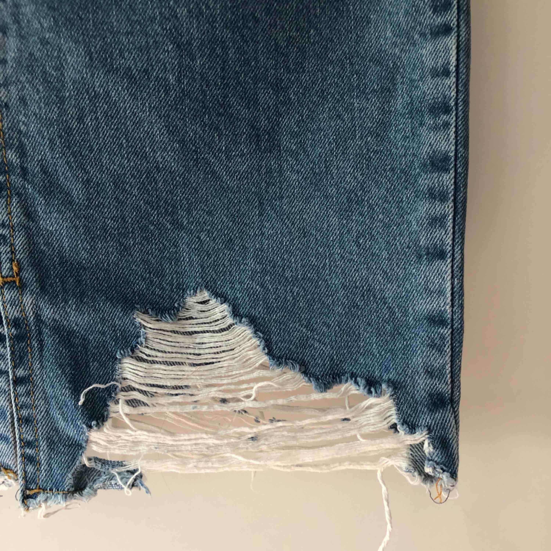 Säljer jättefin jeanskjol i storlek 36 från Gina Tricot pga för liten för mig. Använt fåtal gånger! . Kjolar.