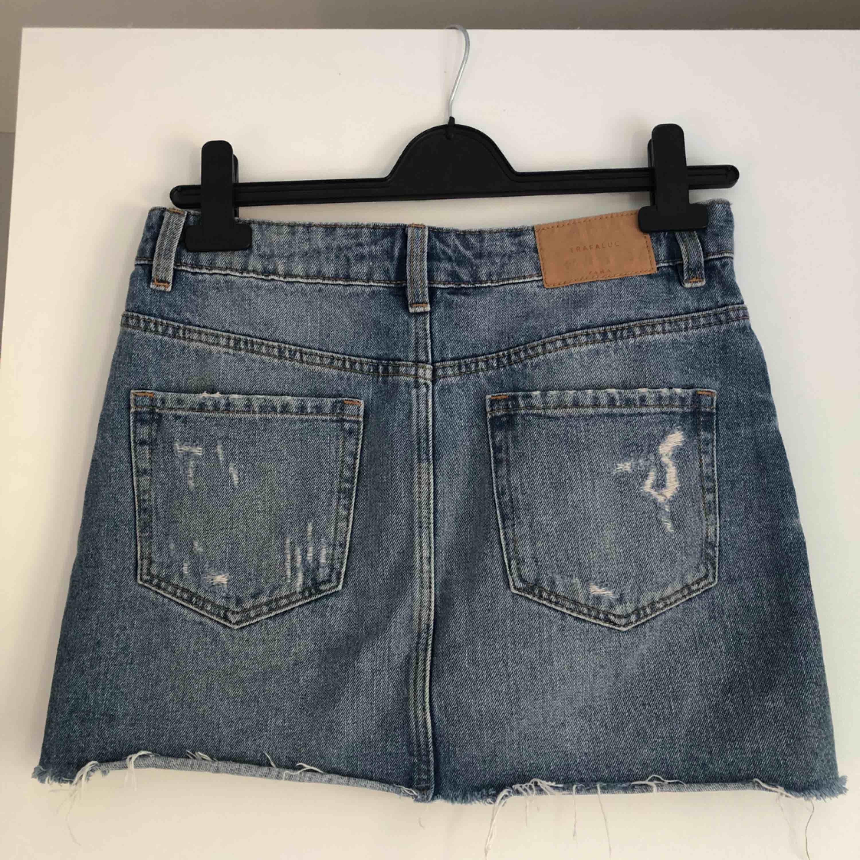 Skön jeanskjol i storlek S från Zara, säljer pga kommer aldrig till användning!😀. Kjolar.