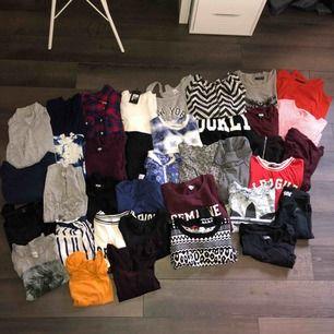 Säljer ett stort klädpaket i storlek: XS-S Blandat med kläder, tröjor, byxor, klänningar, koftor, tunikor, linnen och magtröjor. Det är 37 plagg