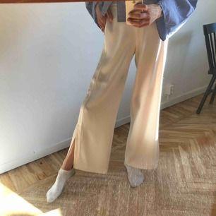 Svinsnygga och lyftiga byxor från Filippa K. Som nya då jag knappt använt dem!