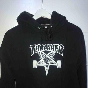 Svart hoodie från Thrasher, självklart äkta! Nypris: 950kr. Säljer då den aldrig kommer till användning längre. Köparen står för frakten. Betalning med swish🔥