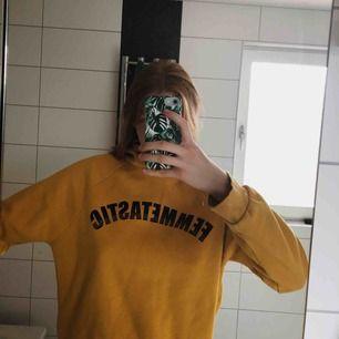 """En så mysig hoodie från GinaTricot med texten """"Femmetastic"""" på! Den är i storlek L men har själv haft den som en oversized hoddie så det funkar ju också jättebra! 50 kronor + frakt eller högsta  bud!"""