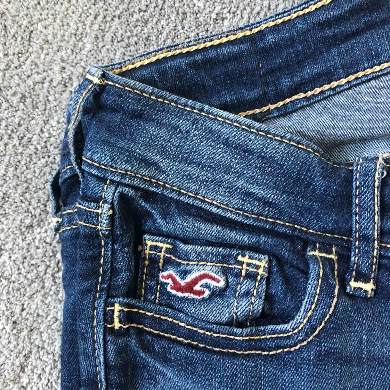 Säljer Hollister jeans i storlek W24 L31, skulle säga att de motsvarar XS. Fint skick! . Jeans & Byxor.