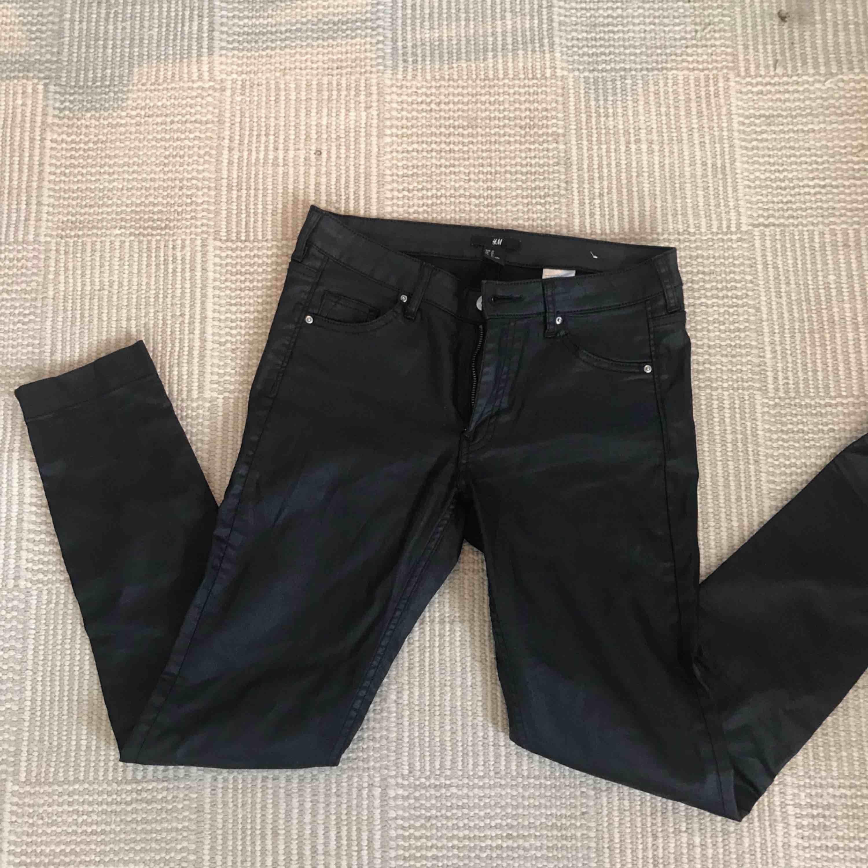Svarta vaxade byxor från hm dragkedjor nertill. Strl 27! Knappt använda. Frakt 39 kr tillkommer. Jeans & Byxor.