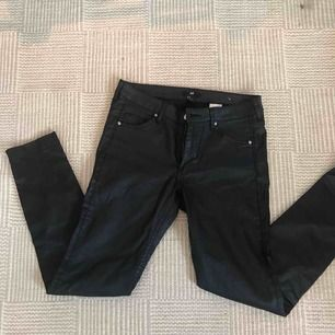 Svarta vaxade byxor från hm dragkedjor nertill. Strl 27! Knappt använda. Frakt 39 kr tillkommer