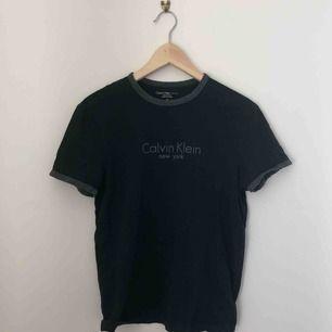 svart t shirt med gråa detaljer från calvin klein kan mötas längst roslagsbanan och i stockholm, annars står köparen för frakt.