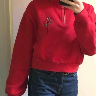 Röd hoodie med ros på från h&m. Köparen står för frakt.