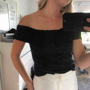 Säljer jätteskön off-shoulder tröja i storlek S från Zara. Säljer pga kommer aldrig till användning men den är i bra skick! 😀