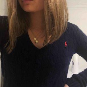 Kabelstickad v-ringad tröja från Ralph lauren. Strl XS men sitter för stort på mig så den är aldrig använd. Köpt för 1195kr. Frakt ingår !💛