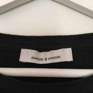 En supercool T-shirt från samsøe samsøe! Sparsamt använd. Går att köpa på Na-Kd men jag köpte den i en av samsøe samsøes butiker för 500kr