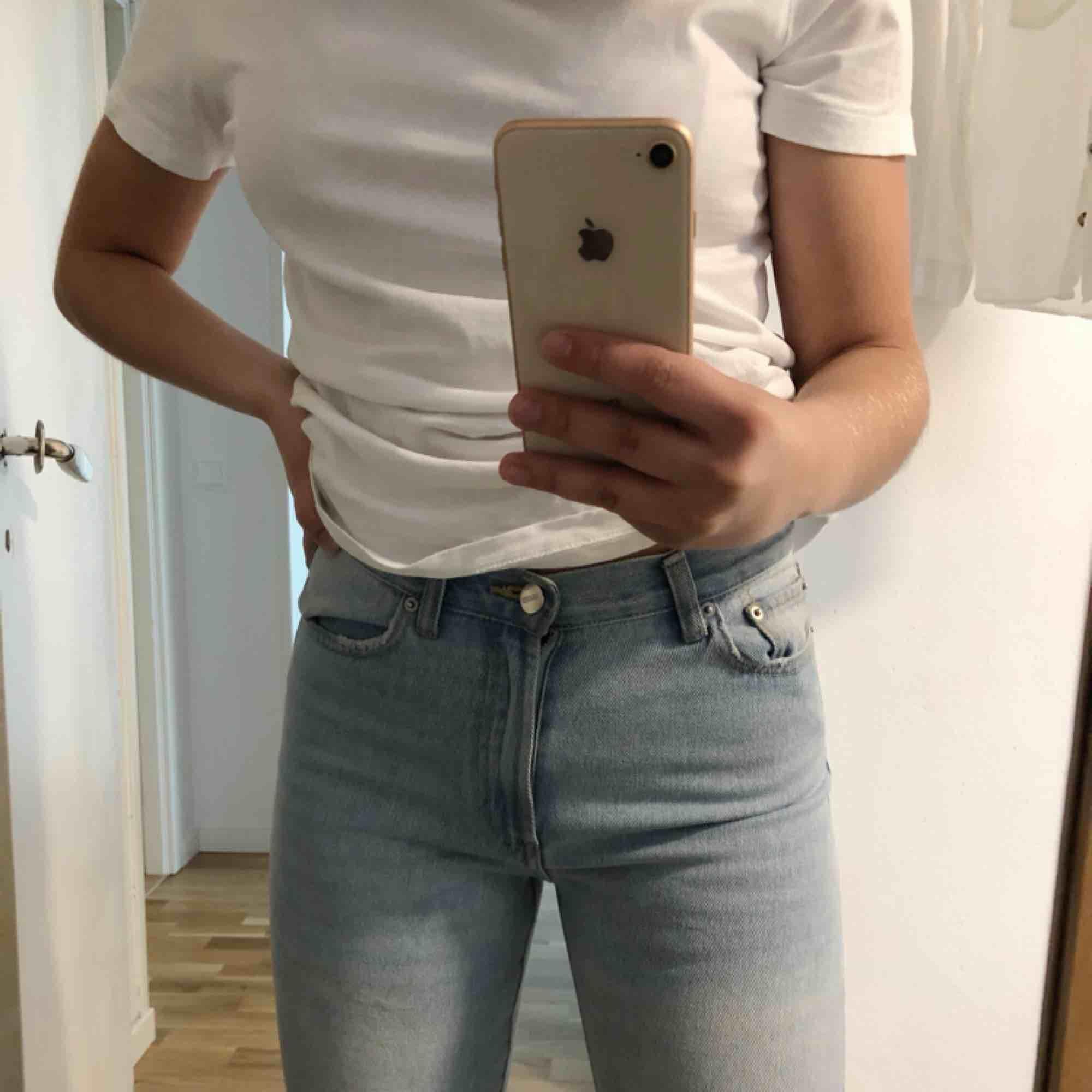 Ljusblå jeans från BikBok i strl XS. Säljer för att jag aldrig får användning för dem. Sitter väldigt tight upptill och lite lösare i knä och vader. Själv är jag 166cm lång och längden är perfekt!. Jeans & Byxor.