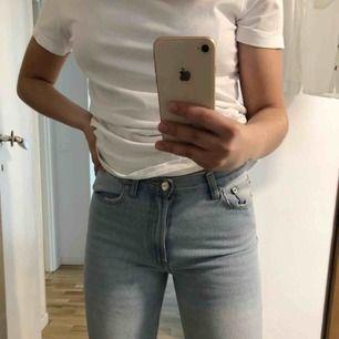 Ljusblå jeans från BikBok i strl XS. Säljer för att jag aldrig får användning för dem. Sitter väldigt tight upptill och lite lösare i knä och vader. Själv är jag 166cm lång och längden är perfekt!