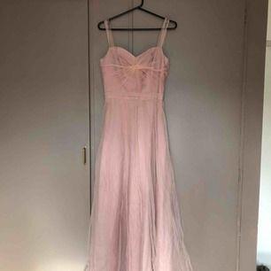 ljusrosa balklänning från Nelly, använd en gång och är i bra skick, Köparen står för frakt💓💓