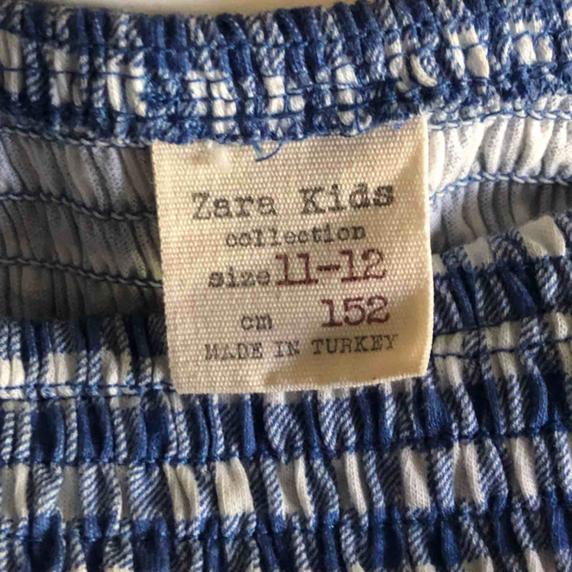 Ganska liten men passar på någon som är xxs/xs, sitter då tight men väldigt snyggt. Köpt från zara. Köparen står för frakt. . T-shirts.