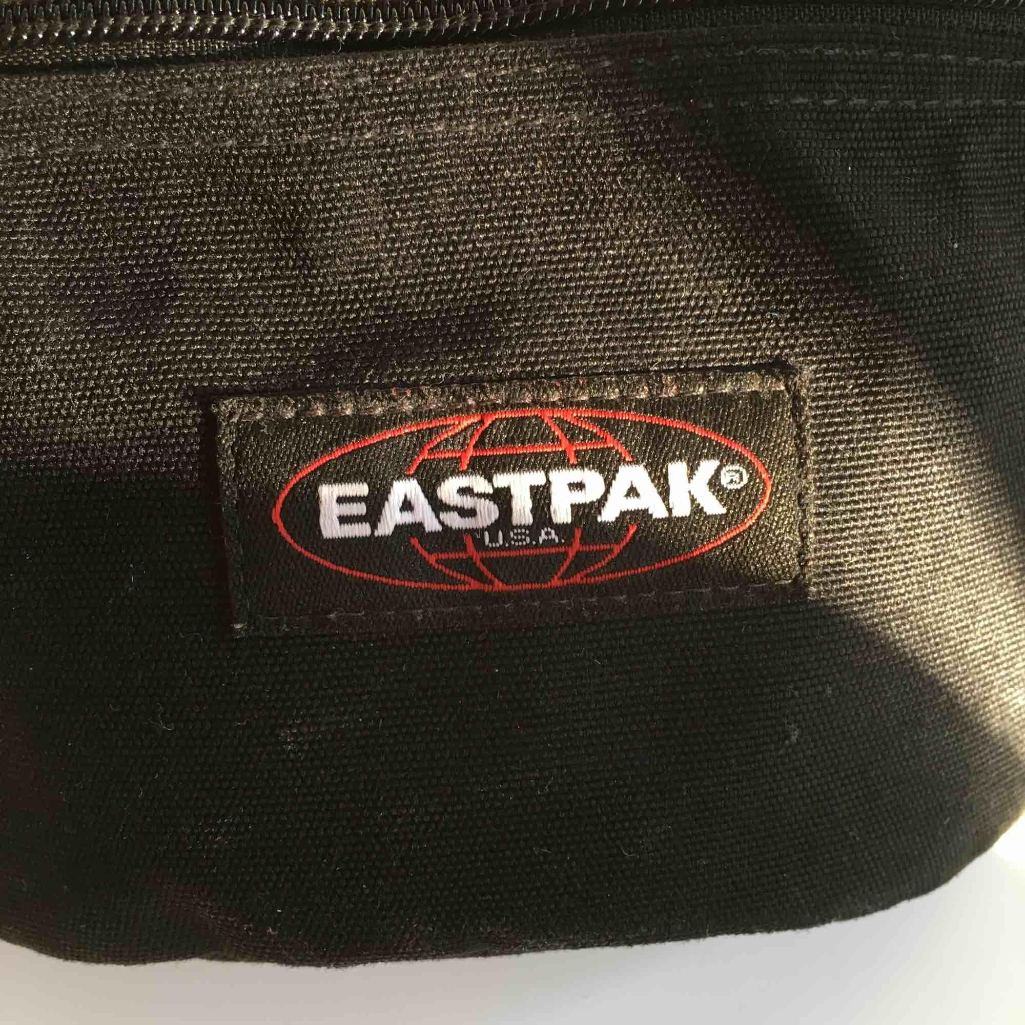 Säljer min snygga bumbag från eastpak! Sparsamt använd! Köpte i vintras. Väskor.