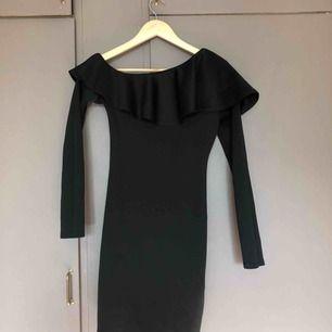 En svart klänning från Nelly, säljer på grund av att jag använder den inte har använt bara en gång. Köparen står för frakt💓💓