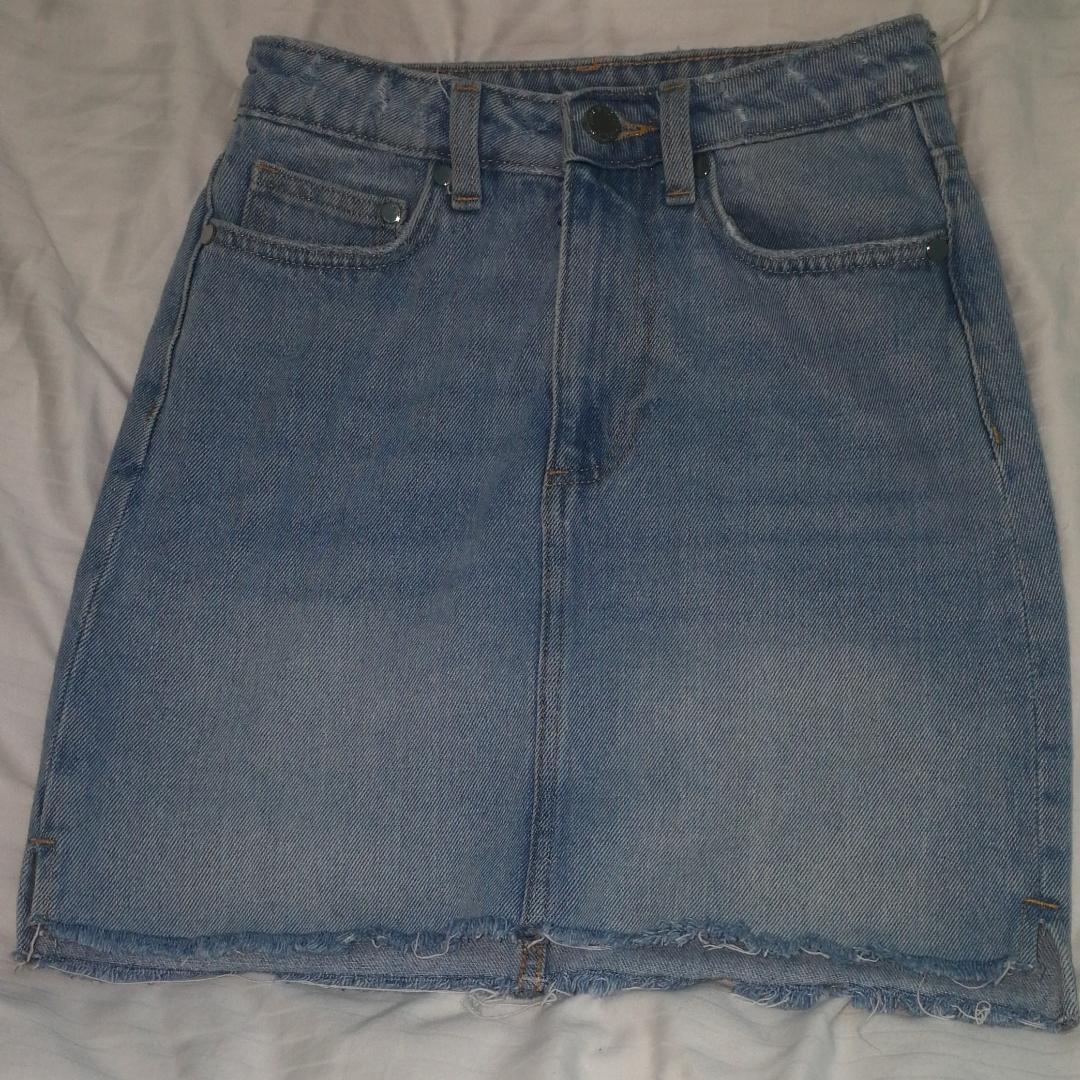 Snygg jeanskjol i bra skick! Köpt förra sommaren men använd endast några fåtal gånger. Nypris var runt 299kr!❤️. Kjolar.