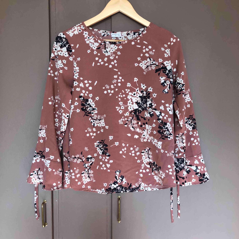 En blus från Nelly säljer på grund av att jag använder den inte och den är lite för stor för mig, köparen står för frakt💓💓. Blusar.