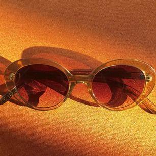 Beige solglasögon med brun toning, bra beg skick med liten repa på ena glaset. Budgivning vid fler intressenter!