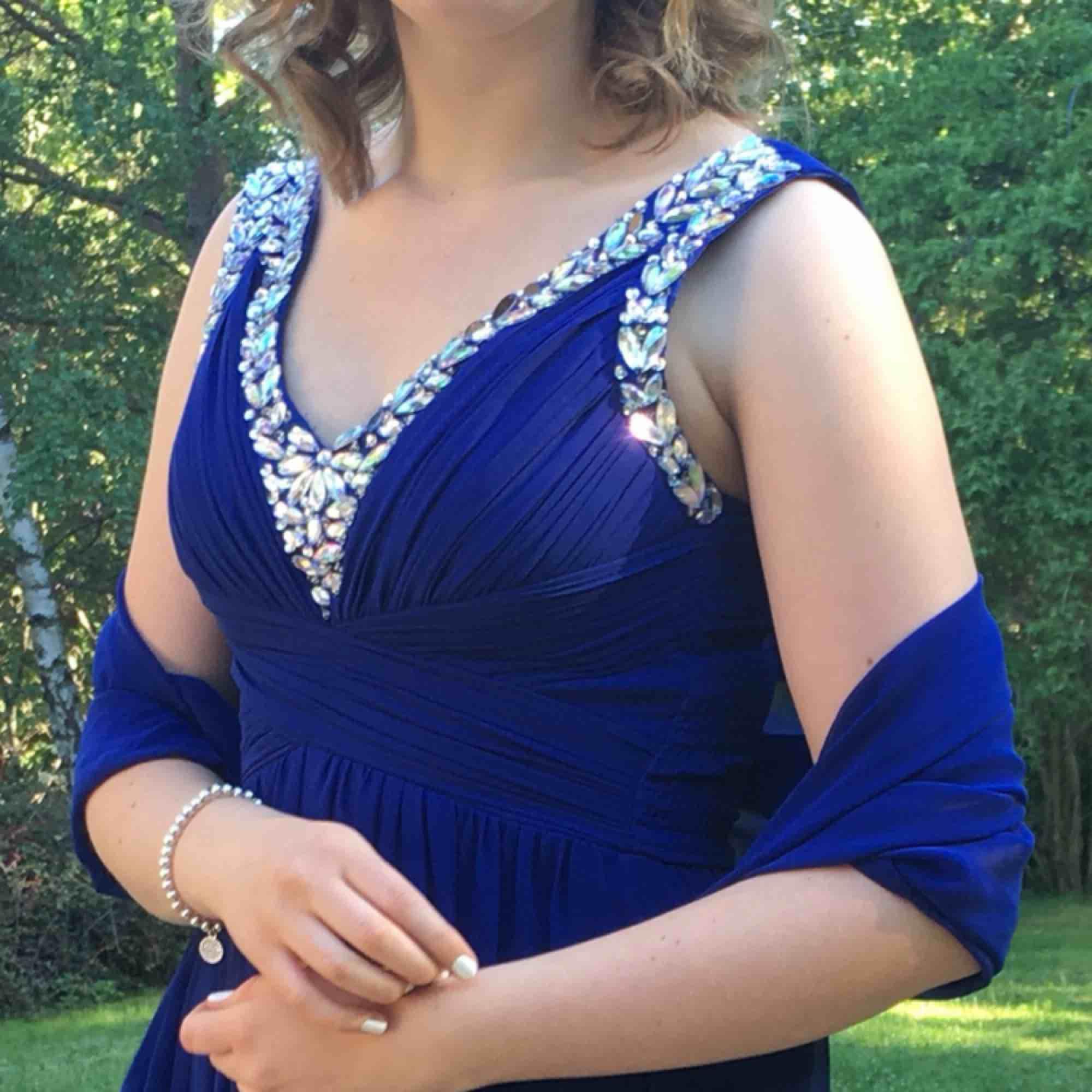 En mörkblå balklänning men matchande scarf,  Har endast använt klänningen en gång och den är i gott skick. Det står storlek 6 i men passar mig som har S/M  Kontakta för mer information/bilder. Klänningar.