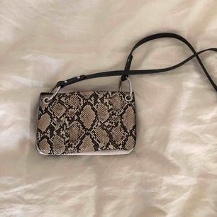 Liten väska med 3 fack från Zara. Frakt ingår i pris!