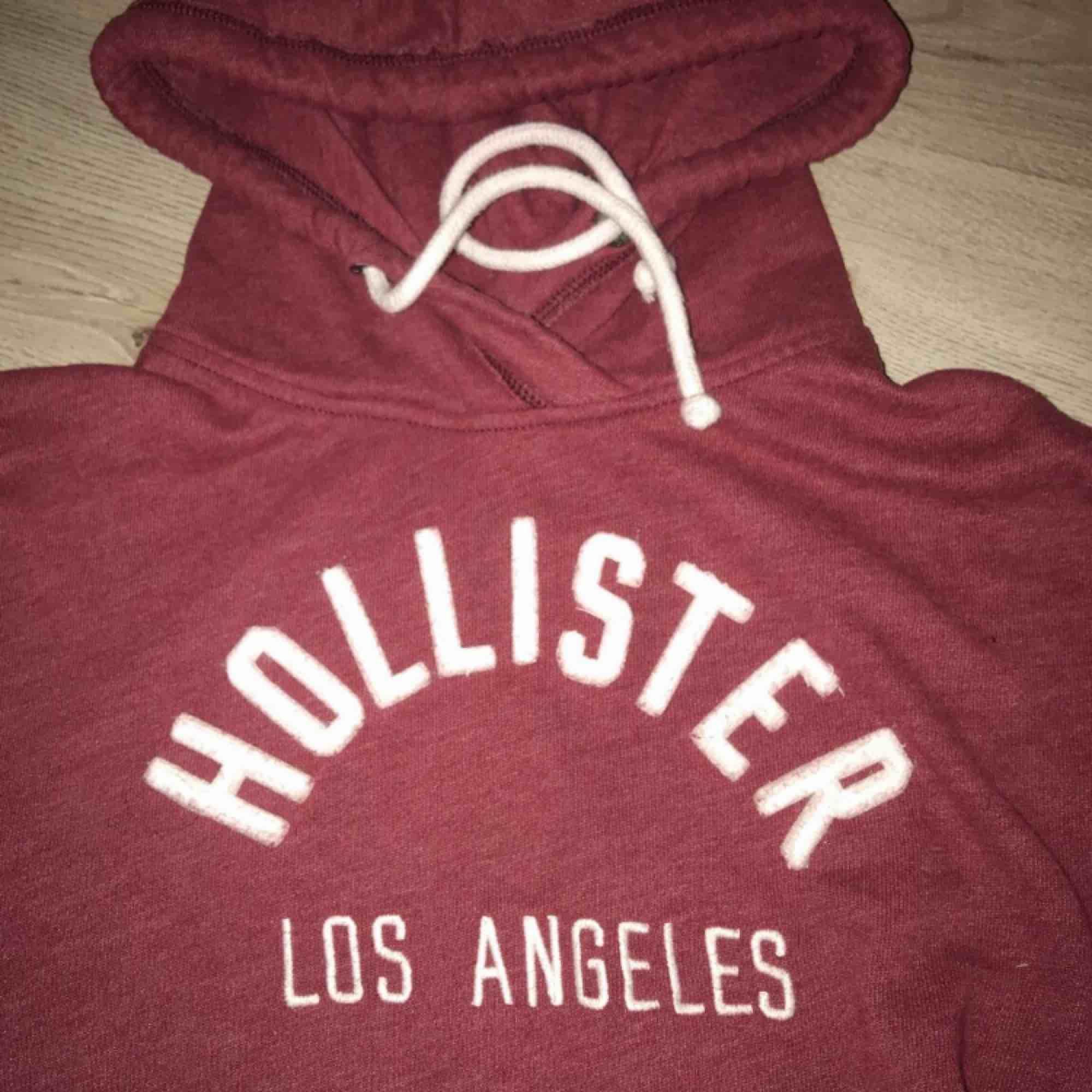 Hoodie från Hollister i storlek XS, passar även S/M beroende på hur man vill att den ska sitta. Nypris - 499kr. Väldigt fint skick, använd ett fåtal gånger! . Huvtröjor & Träningströjor.