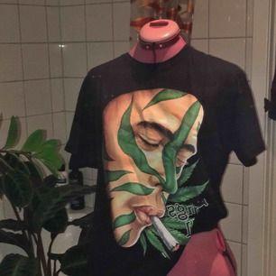 """Tshirt med James Franco som röker gräs. Köpt på FuerteVentura och i nyskick. På texten står det """"Drugs kill"""" men kan tolkas sarkastiskt då han ser ut att njuta av det :-) #weed"""
