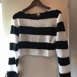 En skit snygg cropped tunn stickad tröja ifrån HM i stl XS, använd en gång därav säljer jag den och hoppas någon annan vill ha den! Tar emot swish och köparen står för frakten