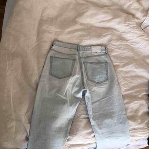 Weekday seattle ljusblå jeans. Använda en gång, slim/rak passform. Frakt ingår i pris!