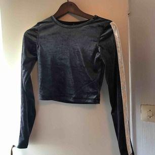 En grå/ silvrig cropped långärmad tshirt i velvet material! Aldrig använd prislappen finns kvar! Jag står för frakten och tar emot swisch!💙