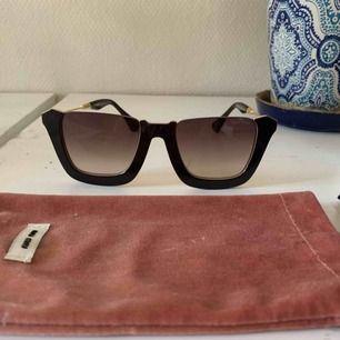 Oäkta solglasögon från Miu Miu. 1:1 kopia och ser äkta ut, boxen samt fodralet och dustbag medföljer. Pris inkl frakt 250kr.