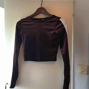 En jättefin cropped långärmad tshirt i färgen burgundy! Använd en gång därav säljer jag den och hoppas den kommer mer till användning! Jag står för frakten och tar emot swisch!💙