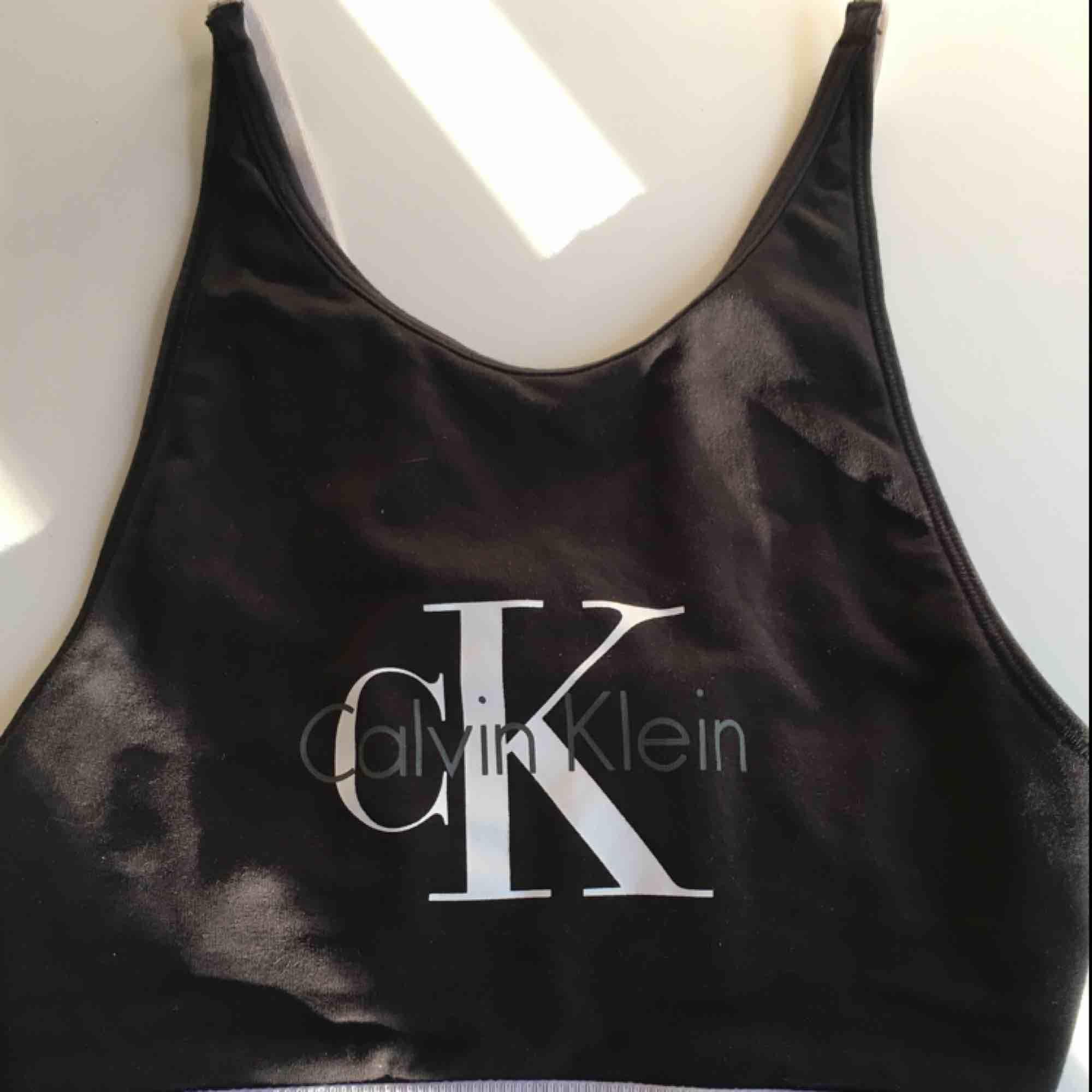 Fin bralette från Calvin Klein! Är även väldigt snygg med ett par högmidjade byxor som tröja! Väldigt lite använd, köpte för ca 400 kr. Man knäpper som en vanlig bh, justerbar! Väldigt skön också❤️. Accessoarer.