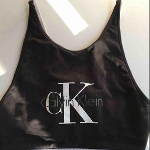 Fin bralette från Calvin Klein! Är även väldigt snygg med ett par högmidjade byxor som tröja! Väldigt lite använd, köpte för ca 400 kr. Man knäpper som en vanlig bh, justerbar! Väldigt skön också❤️