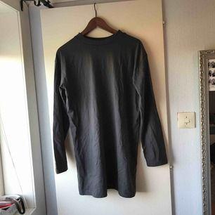 En skit snygg grå långärmad tshirt klänning ifrån Missguided! Säljer pga att den tyvärr är för stor på mig och hann inte skicka tillbaka den! Jag står för frakten och tar emot swisch!💙