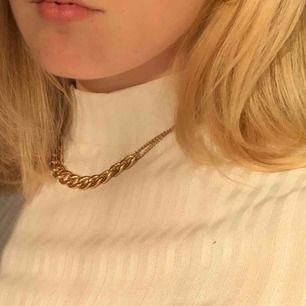 Superfint guldigt halsband. Har halsbandet på innersta på första bilden. Frakt ingår i pris!