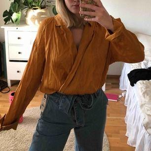 Orange/gul/guldig body från zara. Använt ett fåtal gånger som blus och vikt upp nederdelen. Frakt ingår i pris!