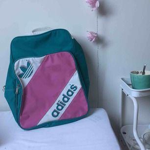 Jätte fin Adidas ryggsäck från 1988, äkta vintage köpt secondhand🌼 har små fläckar som är lätta att tvätta bort. Är i bra skick⭐️⭐️ möts i Stockholm eller så betalar köparen frakten