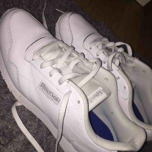 Fina vita reebok skor. Knappt använda!