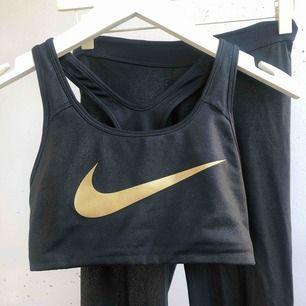 """Nikes original stilsäkert gym-set, leggings + sport-bh med bra stöd. Storlek S i båda. Nike loggan är lite skadad på benet men annars som helt ny. """"mermaid set"""""""